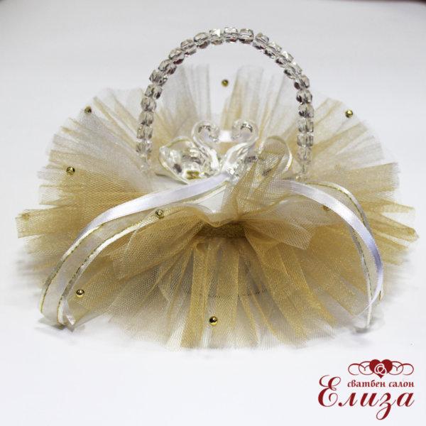 Сватбена кошничка за брачни халки в бяло и златно с лебеди